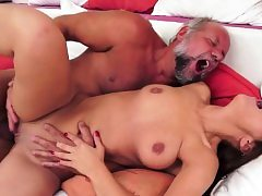 Amateur babe gets her pussy pulverized by oldman
